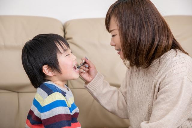 歯磨きのチェックをする母親