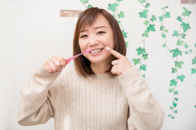 歯ブラシを持つ女性